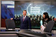 Dmitri Medwedew zu Gast bei RT mit der Chefredakteurin Margarita Simonjan