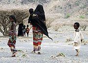 Eine Familie auf der Flucht vor der Dürre.