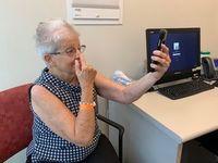 Patientin beim Schlaganfall-Selbsttest mit der App.