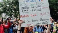 Eine französische Demonstrantin hinterfragt die Maßnahmen anhand der COVID-Toten. Bild: Imago / WB / Eigenes Werk