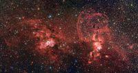Bildveröffentlichung der Europäischen Südsternwarte (Garching) - Das vorliegende Bild, welches von der Wide Field Imager-Kamera am La Silla-Observatorium der ESO aufgenommen wurde, zeigt zwei spektakuläre Sternentstehungsregionen in der südlichen Milchstraße. Die erste Region, im Bild auf der linken Seite zu sehen, wird vom offenen Sternhaufen NGC 3603 dominiert. Er befindet sich in einer Entfernung von etwa 20.000 Lichtjahren im Carina-Sagittarius Spiralarm unserer Milchstraße. Die zweite Region, im Bild auf der rechten Seite, ist eine Ansammlung von leutenden Gaswolken, bekannt als NGC 3576. Sie ist etwa 9000 Lichtjahre von der Erde entfernt.
