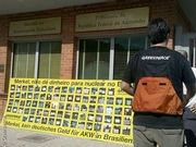 Greenpeace-Aktivisten protestieren vor der deutschen Botschaft in Brasilia gegen die finanzielle Unterstützung des AKW Angra 3.