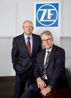 """John C. Plant, Präsident und CEO von TRW (links), und der ZF-Vorstandsvorsitzende Stefan Sommer. Bild: """"obs/ZF Friedrichshafen AG"""""""