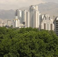Berge des Elburs über dem Neubaugebiet von Elahiyeh im Iran