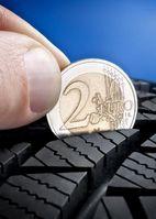 """Der Test mit einer einfachen Zwei-Euro-Münze bringt es an den Tag: Nur wenn der vier Millimeter breite silbrige Münzrand vollständig in der Profilrille versinkt, kann er seine volle Bremskraft entfalten. Bild: """"obs/Vergölst GmbH"""""""