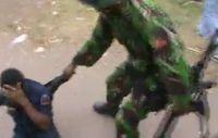 Das schockierende Videomaterial zeigt den Angriff indonesischer Soldaten auf Zivilisten in West-Papua. Bild: SBS TV/West Papua Media