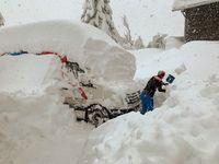 """Die Menschen im österreichischen Obertilliach schaufeln sich frei. Doch der nächste Schnee wartet schon. / Bild: """"obs/WetterOnline Meteorologische Dienstleistungen GmbH"""""""