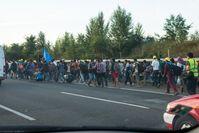 Flüchtlinge auf dem Seitenstreifen der ungarischen Autobahn M1 in Richtung Österreich, 4. September 2015