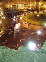 Der At-Tahrir-Platz bei Nacht; im Hintergrund Ägyptens Zentralverwaltungsgebäude, die Mogamma. Bild: Crashsystems / wikipedia.org
