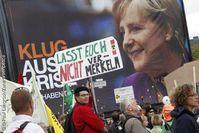 Atomkraftgegner auf der großen Anti-Atom-Demo vor einem Wahlplakat mit Angela Merkel. Bild: Paul Langrock/Zenit/Greenpeace