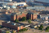 Werksgelände von Blohm + Voss: vorne die Einfahrt, mittig das Verwaltungsgebäude, rechts dahinter das Trockendock Elbe 17, oben rechts Dock 10