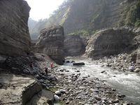 Geländearbeit in der Schlucht des Da'an Chi in Taiwan. Die ein Kilometer lange und bis zu 20 Meter tiefe Schlucht hat sich in weniger als 10 Jahren nach dem Jiji-Erdbeben im Jahr 1999 gebildet. Der Felssporn in der Bildmitte wurde während eines Hochwassers 2012 im Zeitraum von einer Stunde weggespült.