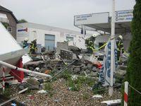Trümmer des explosierten Imbisswagen Bild:  Feuerwehr Dinslaken