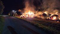 Mit zwei Treckern wurde das Brandgut auseinandergezogen Bild: Feuerwehr