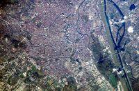 Wien, Satellitenfoto 2002, Außenbezirke nur teilweise; Nord bei 1 Uhr (oben-rechts)