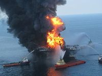 Deepwater Horizon in Brand. Bild: US Coast Guard / wikipedia.org