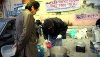 Armut in Griechenland explodiert: Die Jugendarbeitslosigkeit ist seit der IWF Intervention auf über 60 % gestiegen.