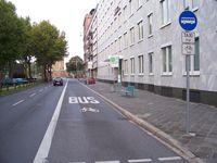 Beispiel eines Busfahrstreifens mit Freigabe für Radfahrer und Taxis