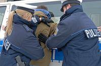 Die Rosenheimer Bundespolizei hat bei Grenzkontrollen auf der A93 einen gesuchten Albaner festgenommen.