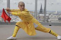 """Shi Yan Yao bei einer Übung für """"Terra X: Supertalent Mensch"""". Der Shaolin-Mönch beherrscht das Zusammenspiel von Körper und Geist in Perfektion. Bild: """"obs/ZDF"""""""