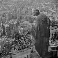 Blick vom Rathausturm nach der Bombardierung am 14. Februar 1945
