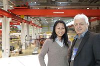 Prof. Mei Bai und Prof. Hans Ströher vom Jülicher Institut für Kernphysik (IKP) am COSY Beschleunige. Bild: Forschungszentrum Jülich (idw)