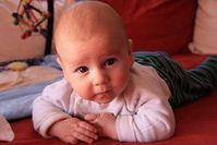 Baby: sollte im eigenen Bett schlafen. Bild: pixelio.de/Danielle