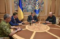 Babtschenko (rechts) mit dem ukrainischen Machthaber Petro Poroschenko (Mitte), dem Geheimdienstchef Wassyl Hryzak (links) und dem Generalstaatsanwalt Jurij Luzenko (rechts daneben) am 30. Mai 2018