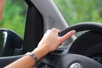 Lenkrad: Mängel bei Neuwagen sind ärgerlich. Bild: pixelio.de/Paul Golla