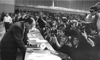 Gregor Gysi auf dem SED-Sonderparteitag vom 9. Dezember 1989, Archivbild