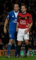 Michael Owen gegen John Heitinga (FC Everton), 2009