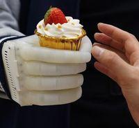Griff um ein Erdbeertörtchen: Forscher bauen neue Prothese.