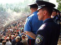Ukrainische Milizionäre (Polizei)  während eines Fußballspiels
