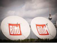 Parabolantennen mit dem Logo von BILD auf dem Dach des Neubaus von Axel Springer in Berlin. Bild: BILD/Parwez Fotograf: BILD/Parwez