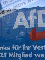 """Zerstörte Scheibe. Bild: """"obs/AfD-Fraktion im Brandenburgischen Landtag/AfD Fraktion Brandenburg"""""""