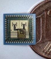 Der neue Radar-Sensor ist nur halb so groß wie eine Eurocent-Münze, aber beinhaltet alle notwendigen Hochfrequenzkomponenten. (Bild: Robert Bosch GmbH / SUCCESS) Quelle:  (idw)