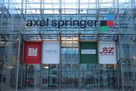 Das Axel Springer Gebäude und Logo in Berlin.