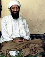 Bin Laden im Jahr 1997 Bild: File:Hamid Mir interviewing Osama bin Laden.jpg: Abdul Rahman bin Laden (son of Osama bin Laden) took the photo and released it to Hamid Mir, a Pakistani news reporter at the time. / de.wikipedia.org