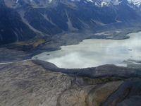 Ein Alpsee in Neuseeland: Lake Tasman mit den ausgeprägten Moränenbögen im Zungenbereich und der Übergang zum Gletschervorfeld. Christian Schlüchter, Universität Bern