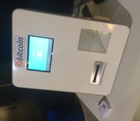 Bitcoin-Geldautomat. Mit Bargeld können Bitcoins gezogen werden, die unmittelbar auf ein Wallet (via QR-Code) überwiesen werden.
