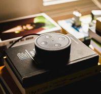 Amazons Sprachassistent Alexa hört alles mit.