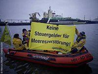 """Greenpeace-Aktivisten protestieren mit einem Banner am Trawler """"Jan Maria"""" gegen Subventionen für Überfischung Bild: © Marcus Meyer / Greenpeace"""