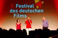 Michael Kötz (rechts) präsentiert den Film Ins Blaue mit Regisseur Rudolf Thome und Schauspielerin Esther Zimmering beim Festival des deutschen Films (2013), Archivbild