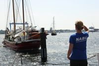 NABU-Mitarbeiterin vor Segelschiff Ryvar