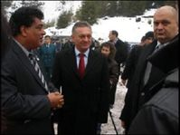 (V.l.n.r.) Dr. Amir Khalil von VIER PFOTEN, Gouverneur Oleksandr Ledyda und Minister Mykola Zlochevsky bei der Unterzeichnung des Abkommens.
