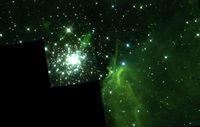 Teilansicht des gigantischen Nebels NGC 3603 (einer »HII-Region«) mit seinem zentralen, nur eine Million Jahre alten kompakten Sternhaufen. Falschfarbenbild aus Beobachtungen der »Wide Field/Planetary Camera 2« des Weltraumteleskops Hubble. Die dominante grüne Farbe zeigt dabei Licht an, das ausgesendet wird, wenn ionisierter Wasserstoff sein fehlendes Elektron zurückbekommt (»Rekombinationslinie H-Alpha«). Das Blickfeld beträgt rund 160 Bogensekunden mal 160 Bogensekunden. Die gezackte Bildstruktur ergibt sich aus der Anordnung der Detektoren der Wide Field/Planetary Camera. Bild: NASA/ESA/Wolfgang Brandner (MPIA), Boyke Rochau (MPIA) und Andrea Stolte (Universität zu Köln)