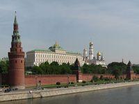 Blick auf den Moskauer Kreml von der Großen Steinernen Brücke über dem Moskwa-Fluss. Bild: Surendil / wikipedia.org