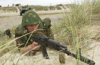 Ein russischer Marineinfanteriesoldat während eines Manövers.