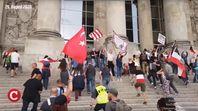 """Der """"Sturm"""" auf die Treppen des Reichstages am 29.08.2020: Ganz vorne zu sehen die Flaggen der Türkei, Katalonien, Ukraine und zwei Kaiserreichsflaggen."""