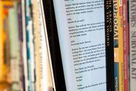 Ein E-Book im Bücherregal